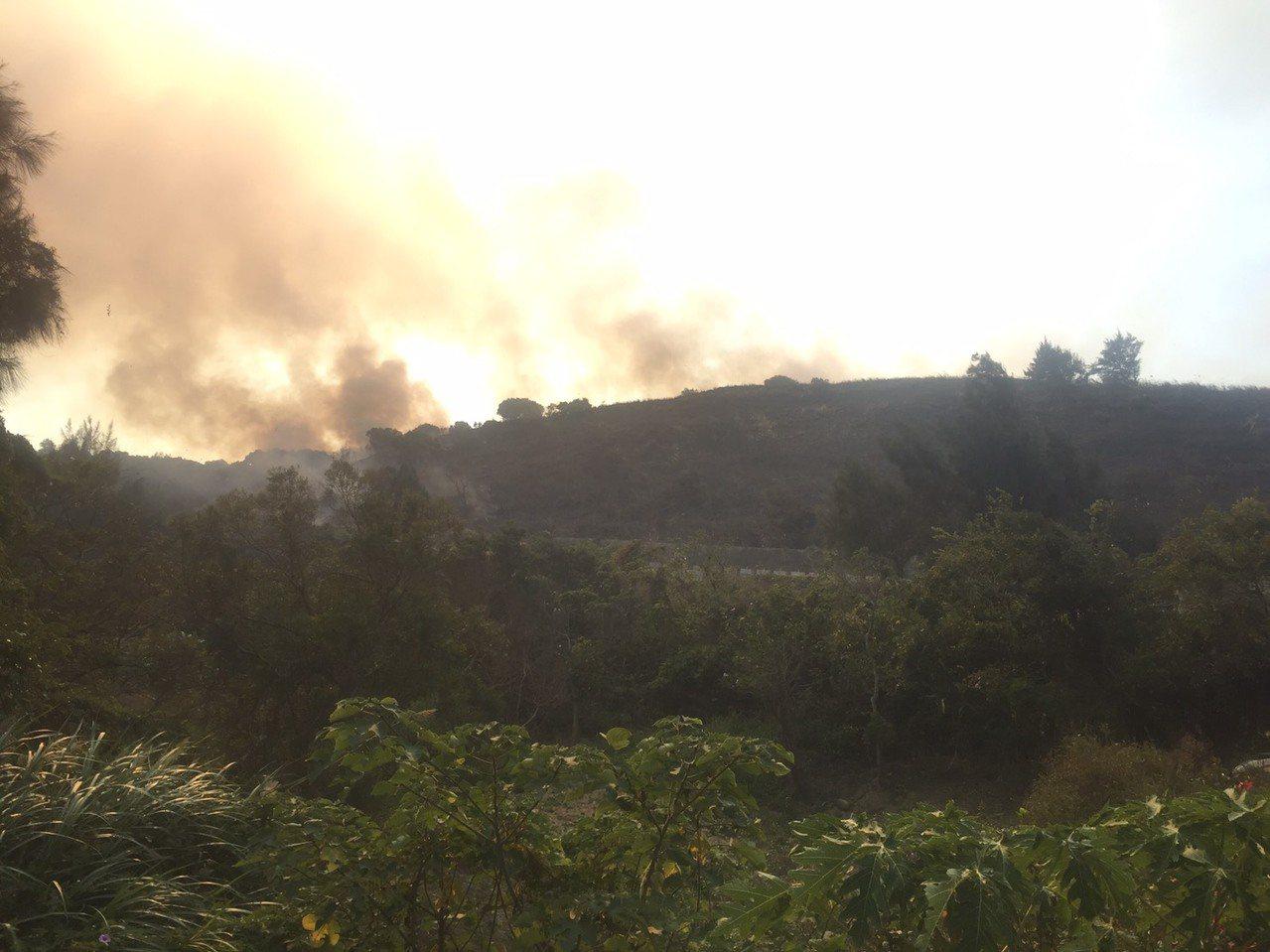 苗栗縣西濱108公里赤土崎今下午1點發生火燒山,火勢到傍晚5點半撲滅。記者劉星君...