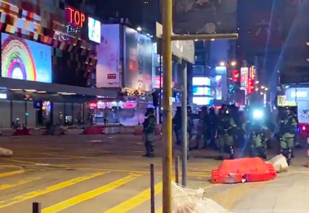 數十名持槍的防暴警察在香港彌敦道戒備。圖/取自香港電台