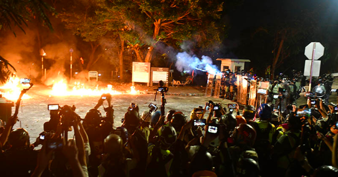 香港中大校園衝突入夜後仍持續。(明報網)