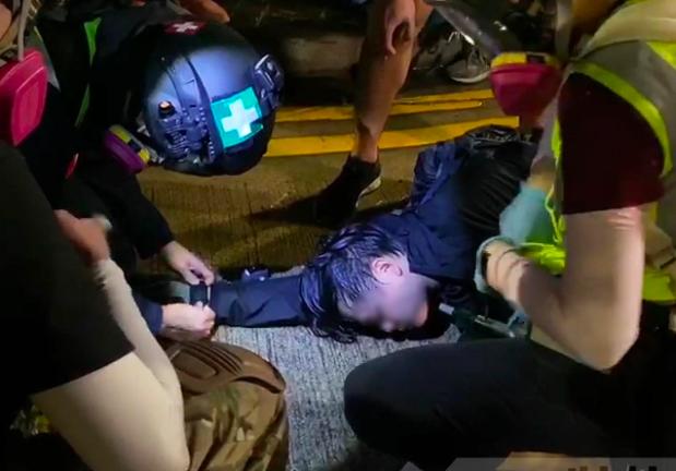 有中大學生頭部中彈倒地,疑似失去意識。圖/取自香港電台