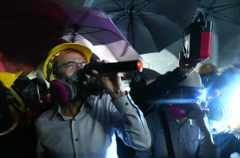 香港中文大學有大批黑衣蒙面示威者與警方爆發嚴重衝突,警方出動水炮車噴灑藍色水劑。...