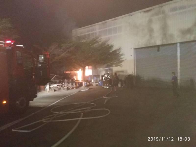 台南皮革廠起火冒濃煙,火勢沒有擴散但因有油料冒出異味與濃煙。圖/消防局提供