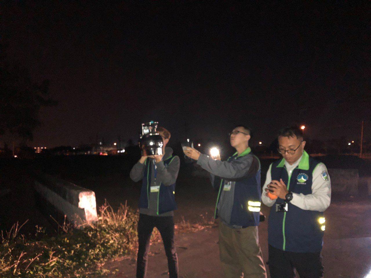 台南市環保局晚間派員到火場旁檢測空前品質。記者周宗禎翻攝