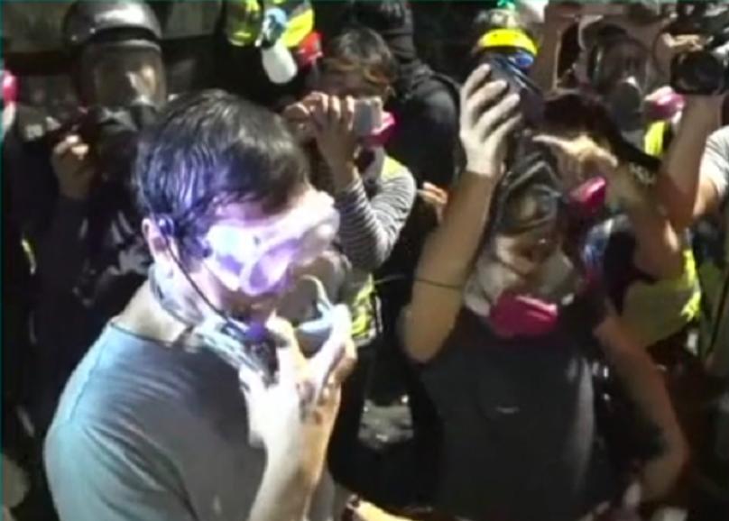 香港中大前校長沈祖堯深夜10時半抵達校園與示威者對話。圖/取自星島網