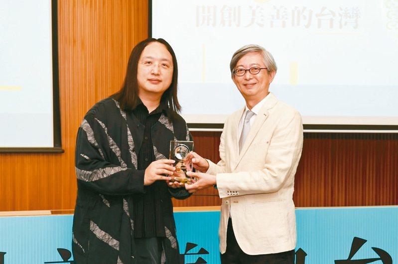 社會創新獎頒獎昨天在靜宜大學舉行,行政院政務委員唐鳳(左)頒獎給聯合報系願景工程策略長何振忠(右)。 記者游振昇/攝影