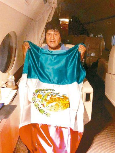 玻利維亞前總統莫拉萊斯十一日搭乘墨西哥軍機準備飛往墨國,在機上拿著墨西哥國旗。 ...
