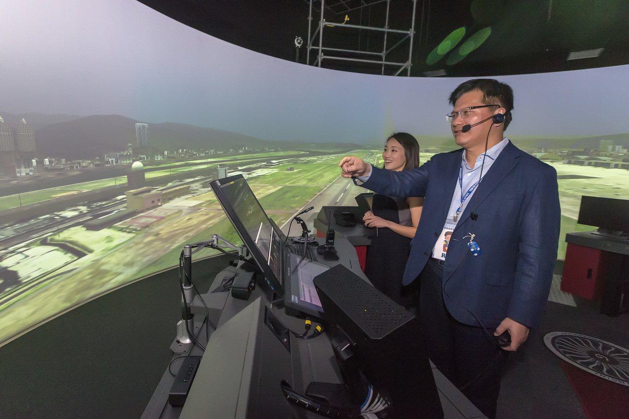 交通部長林佳龍(右)昨天在正牌管制員(右二)協助下,模擬體驗塔台管制員工作。 圖...