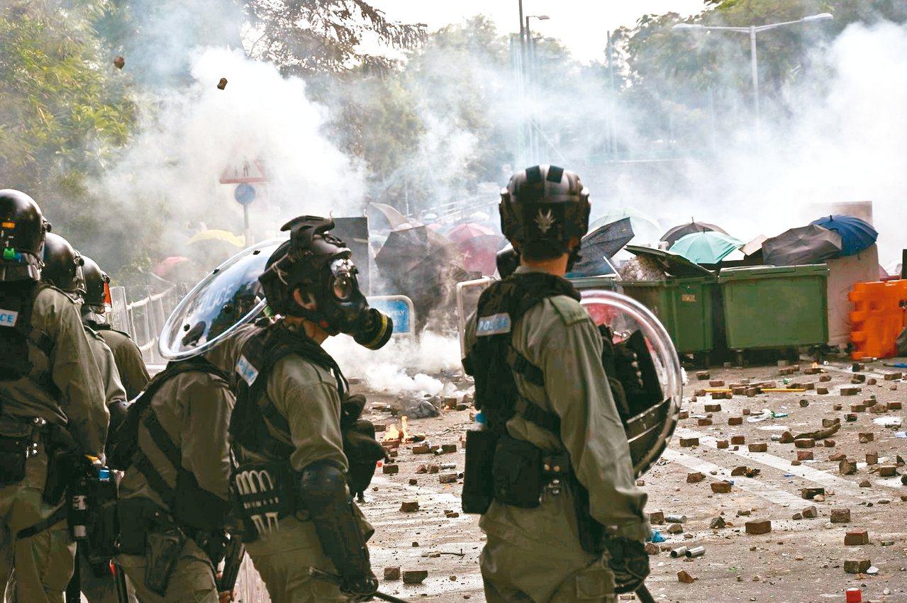 香港警方十二日衝入香港中文大學校園抓捕示威者,與示威者爆發激烈衝突,整個校園仿若...