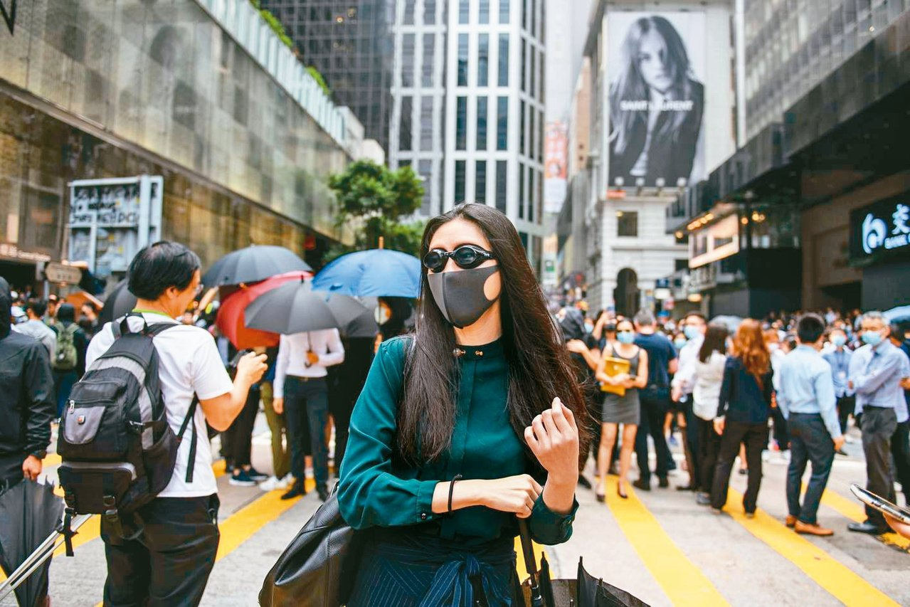 香港反送中示威者昨又在中環發起「快閃」示威,不少年輕粉領族也在其中。 (法新社)