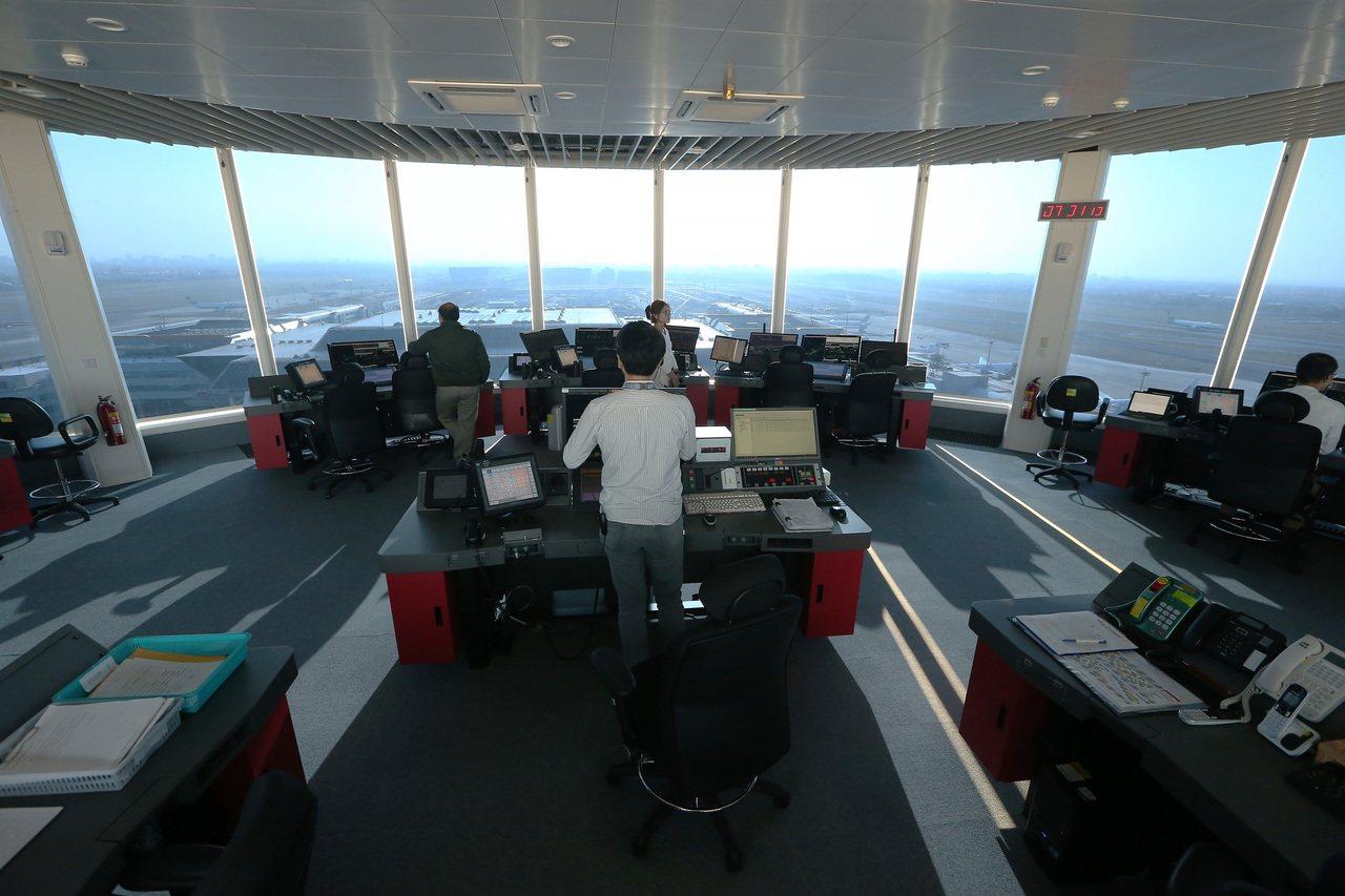 桃園機場新塔台已經完成展開試運轉,圖為面積為舊塔台二點五倍大的新塔台管制室。 記...
