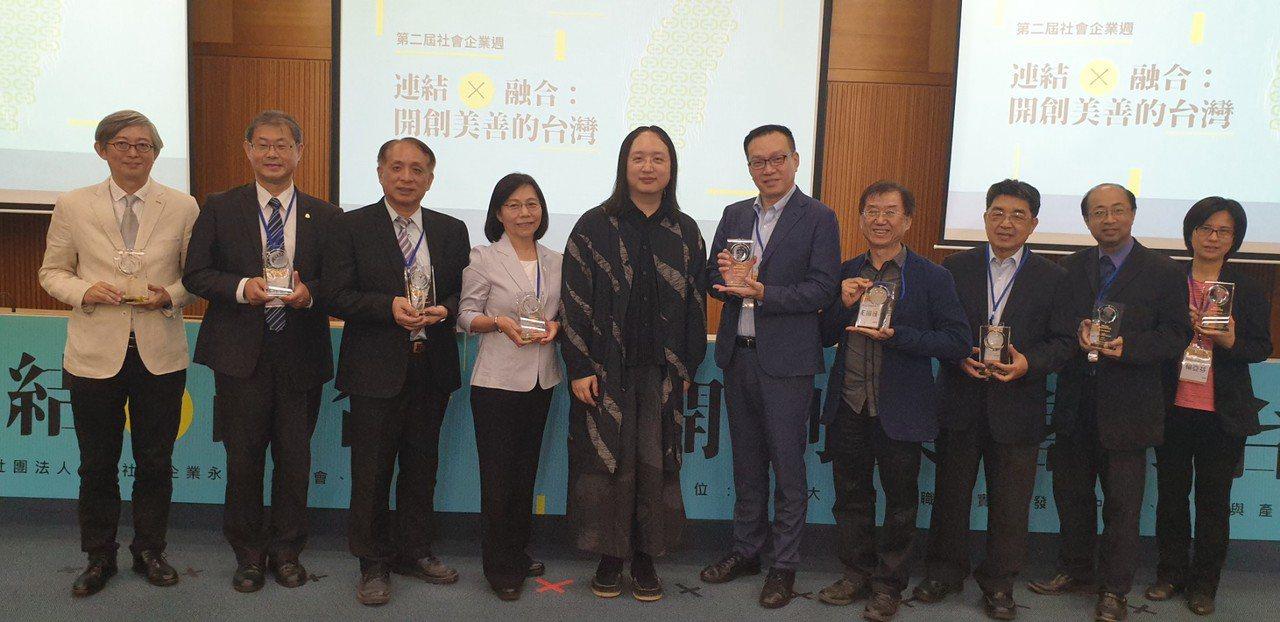 行政院政務委員唐鳳(左五)昨天頒發社會創新獎給九家機構。 記者游振昇/攝影