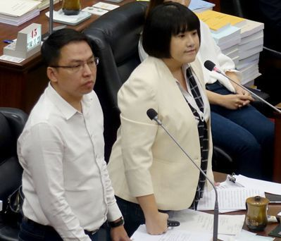 民進黨籍高雄市議員鄭孟洳(右)和黃文益質詢社福問題。 記者楊濡嘉/攝影