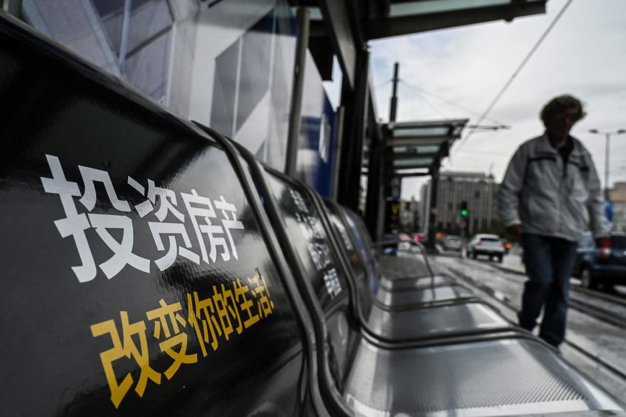 希臘宣傳黃金簽證計畫,在雅典一個電車車站座椅上有中文標語。 (法新社)