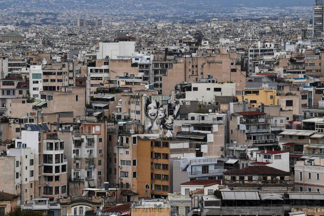 希臘自2010年爆發債務危機以來,經濟產值損失四分之一,房地產市場也疲弱不振。圖...