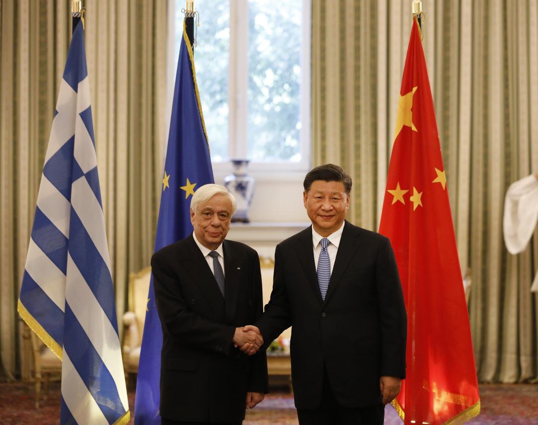中國大陸國家主席習近平(右)十一日在希臘首都雅典,和希臘總統帕夫洛波洛斯(左)握...