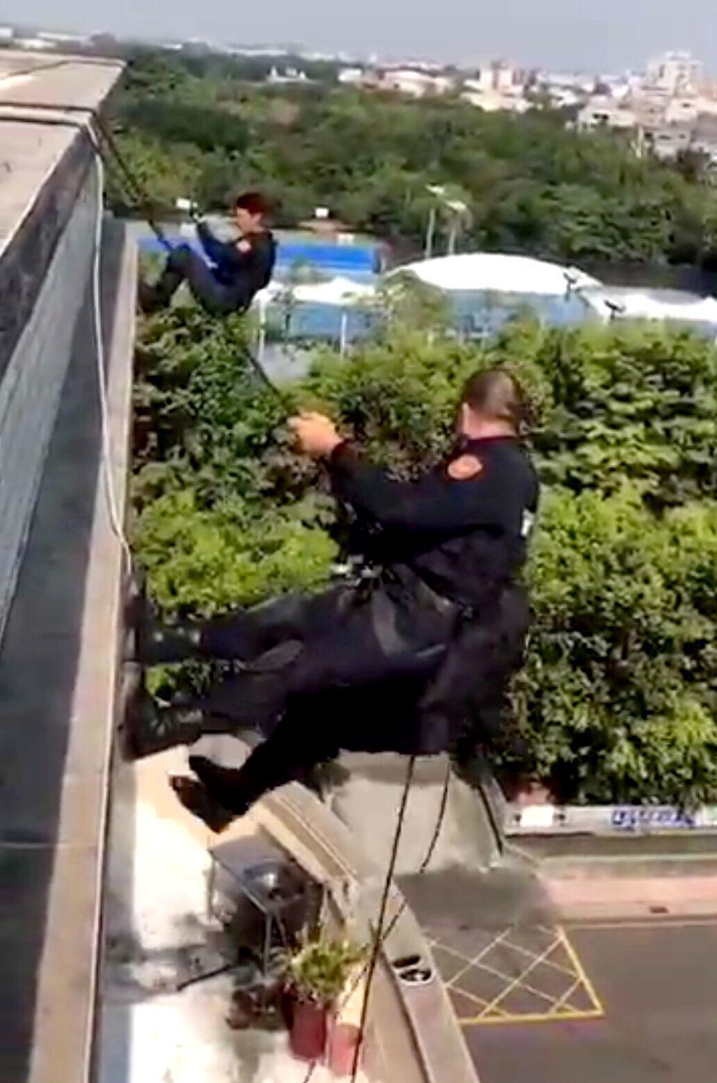 警方在台中垂降,查獲熊貓數位公司涉網路簽賭。記者林保光/翻攝