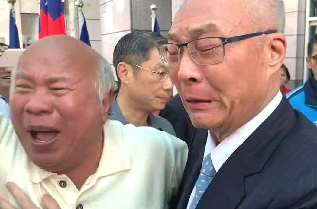國民黨昨天舉行中常會,主席吳敦義抵達黨部時,支持者高喊「吳主席當仁不讓」為吳打氣...
