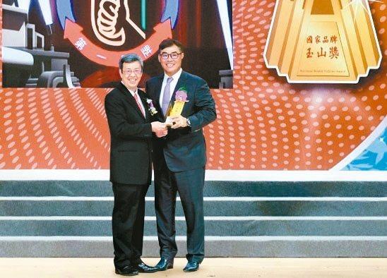 副總統陳建仁(左)頒發「最佳產品獎」予台新銀行個人金融事業總處副執行長林尚愷。 ...