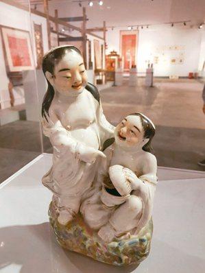 和合二仙畫作、瓷塑擺件、木雕 特派員王玉燕/攝影