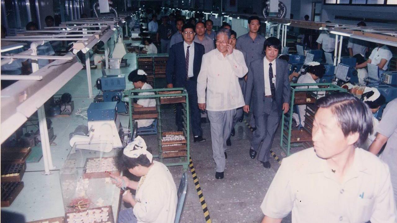 1991年,前總統李登輝參觀台達電子基隆市六堵工業區內的生產線。 報系資料照