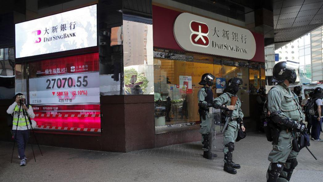 香港抗爭活動愈演愈烈,恆生指數上午大跌2%,步入一個月來谷底。 (美聯社)