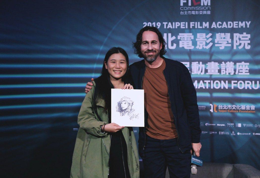 提問深獲讚賞,幸運的學員得到馬可‧史密斯現場《冰雪奇緣》女主角艾莎肖像的手繪作品...