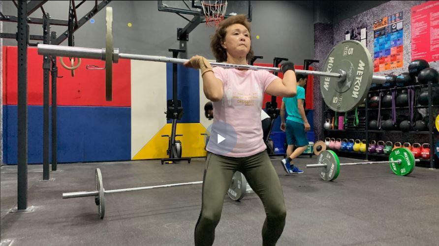 68歲硬核大媽成健身達人,連獲兩屆健身冠軍。 (視頻截圖)