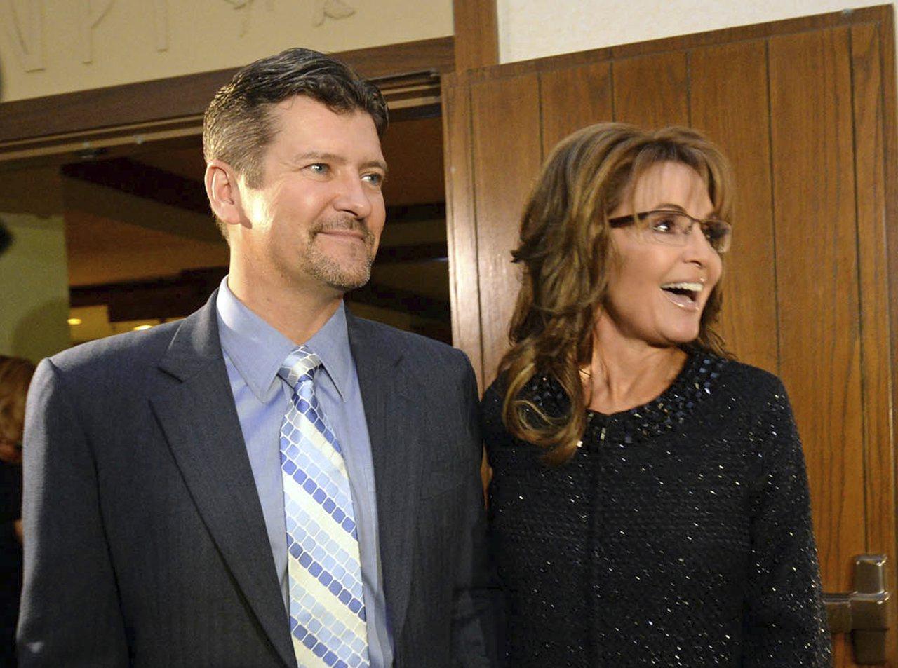 裴林(右)12日說她接到律師電郵後,才知道結婚31年的丈夫陶德(左)要跟她離婚。...