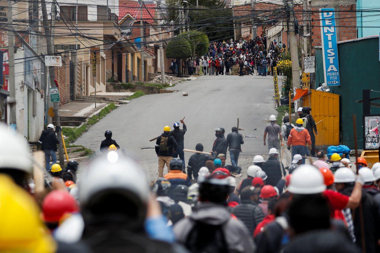 莫拉萊斯的支持者和反對他的群眾,12日在首都拉巴斯街頭對峙。 (路透)