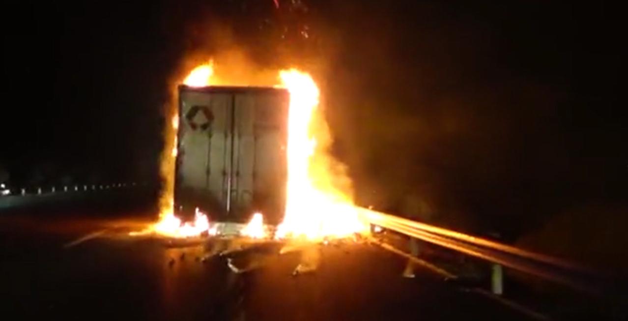 雙十一真的「火」了! 河南快遞車起火,13噸包裹燒為灰燼。 (取材央視網)