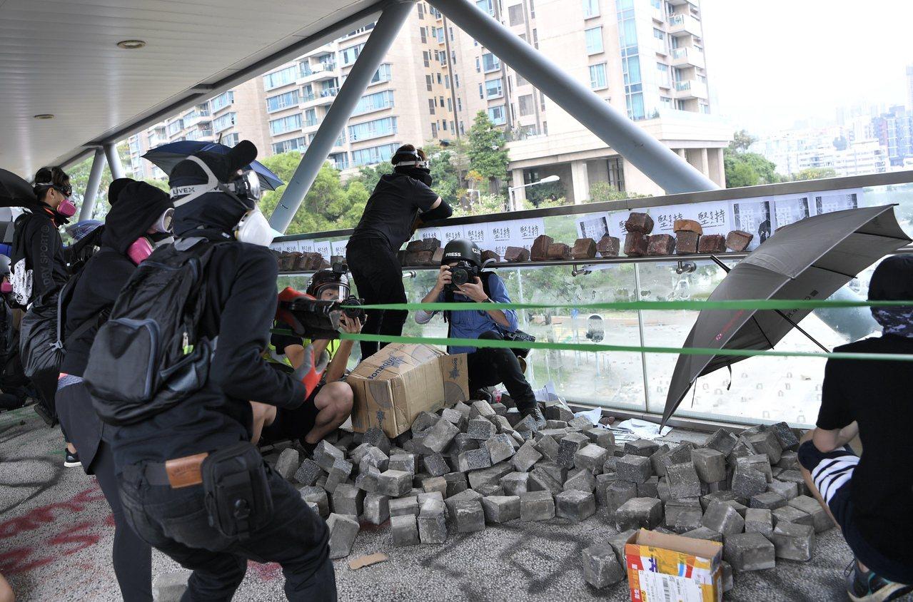 警圍攻城市大學:催淚彈狂轟宿舍,現場下令「射擊頭部」 香港中國通訊社