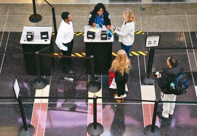 美國波士頓的聯邦法院12日裁定,美國政府在機場和其他入境口岸,無搜索狀就搜查國際旅客的手機和筆電,違反美國憲法第四修正案。圖為華府雷根機場。 路透