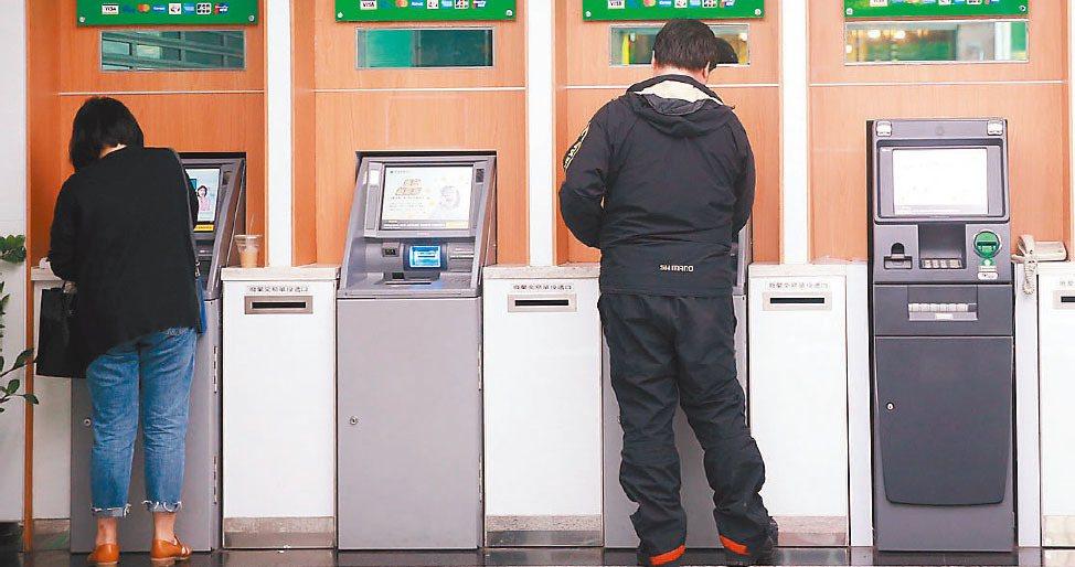銀行表示,根據中央銀行資料,台灣每772人擁有一台ATM,密度居全球之冠,英國每...