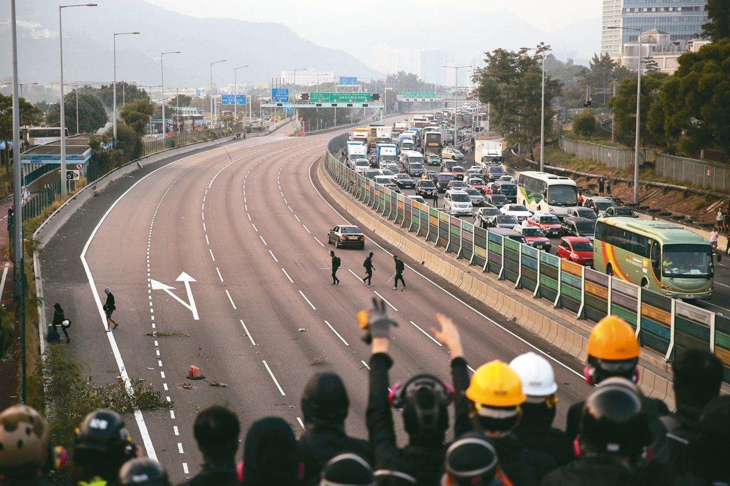 交通癱瘓香港中文大學附近道路今天上午被抗議者封阻。 美聯社