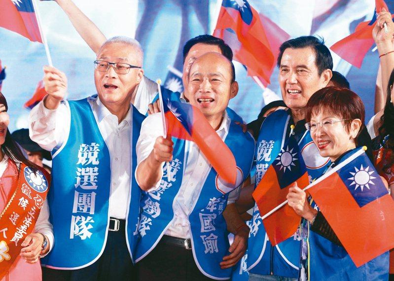國民黨總統參選人韓國瑜(右三)、前總統馬英九(右二)下午聯手舉行記者會,國民黨對明年總統大選已初步整合完畢、一切就緒,將吹響進攻號角。 圖/聯合報系資料照片