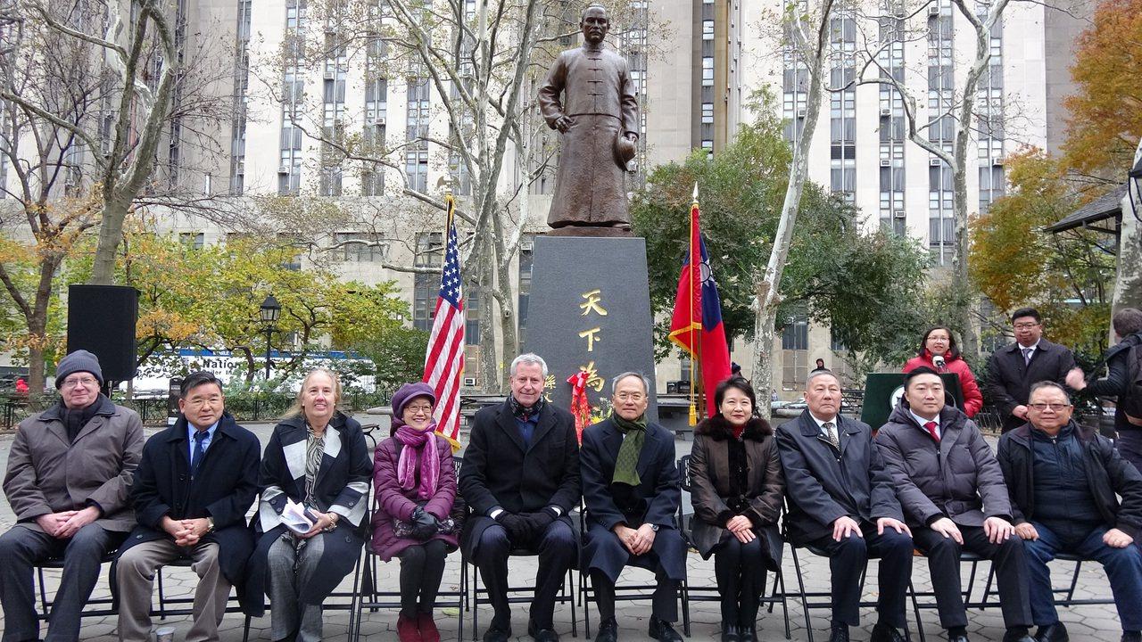 歷經紐約僑界8年努力,國父孫中山銅像永久豎立在曼哈頓哥倫布公園。紐約市長白思豪(...