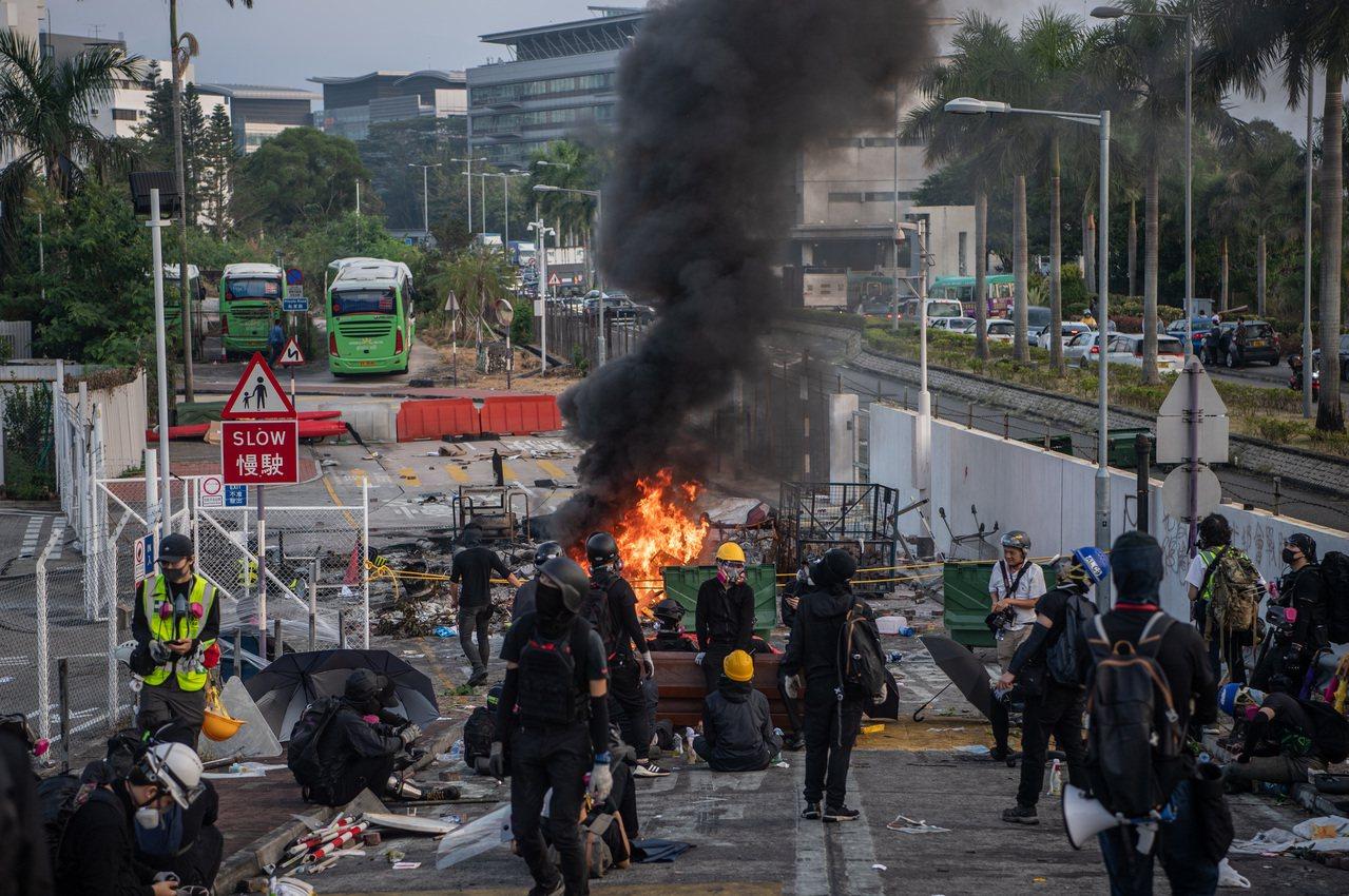 13日清晨開始,大批示威者繼續於中文大學二號橋集結,期間有人以大量雜物堵塞橋下的...