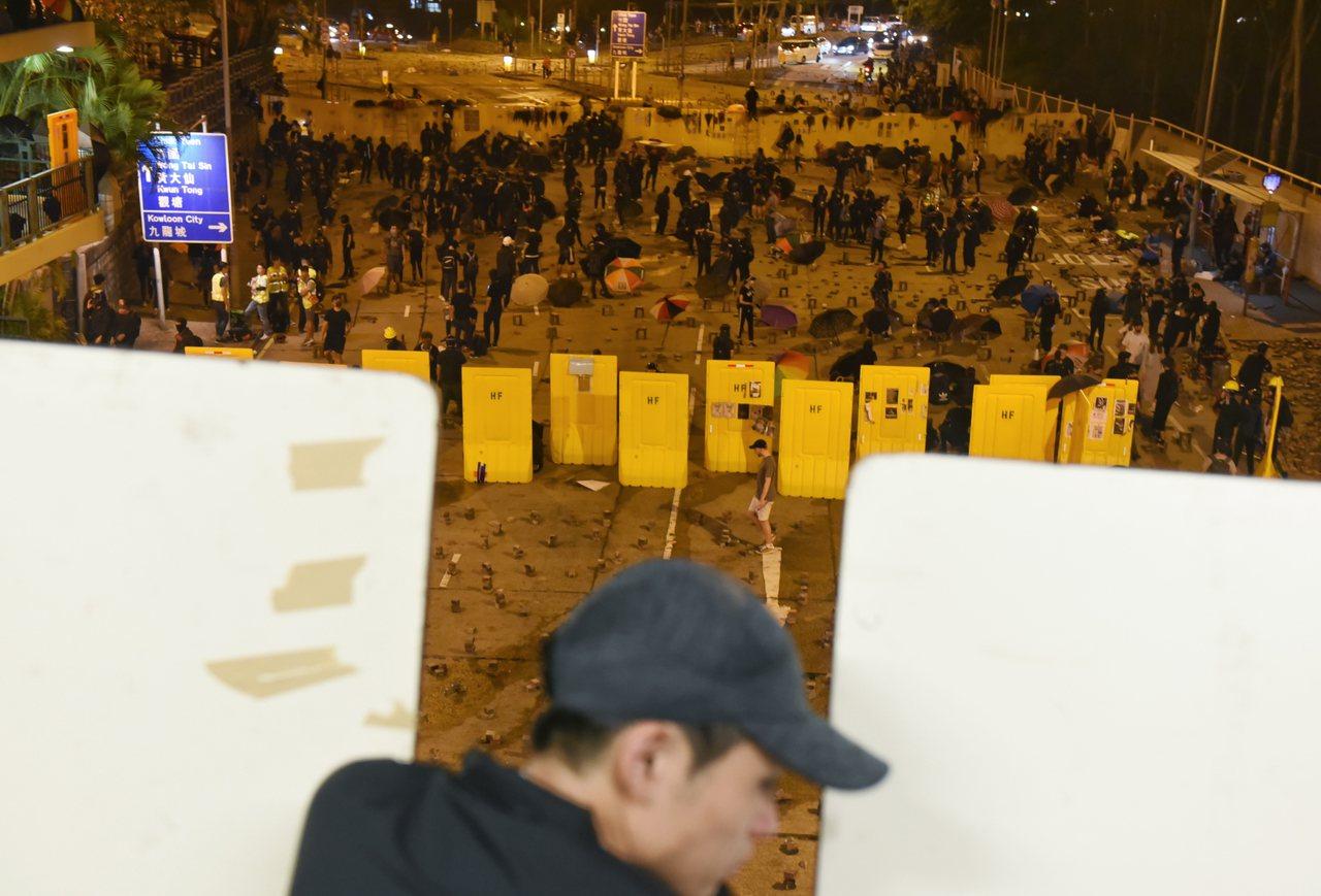 在九龍塘地區的香港浸會大學外道路,抗議者擺放各式磚塊和竹枝等路障。 歐新社
