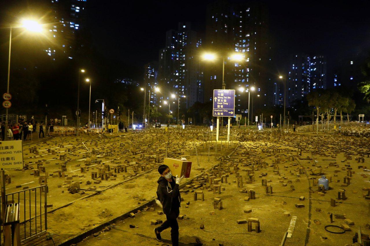 一名學生將物資運入中國香港中文大學的校園。 路透社