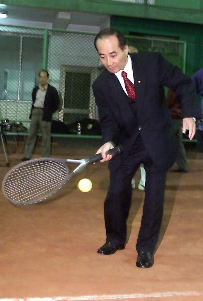王金平曾是網球校隊,穿西裝拎球拍仍見當年矯捷身影。 圖/聯合報系資料照片