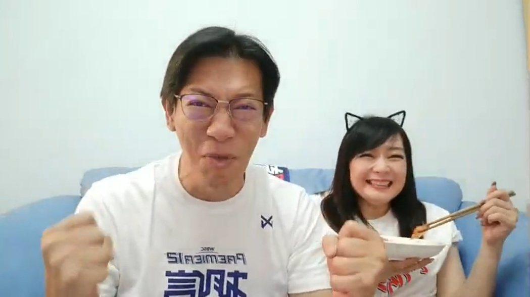 徐展元與愛妻谷懷萱觀看世界12強中韓大戰,情緒激動。 圖/擷自徐展元臉書