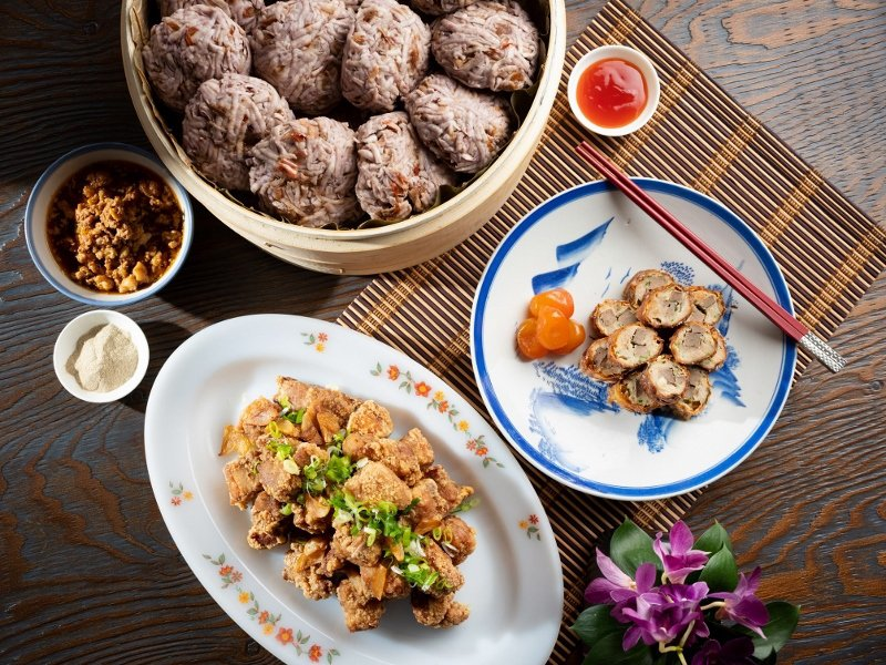 肉燥芋丸(上)、古味酥炸排骨酥(下)、手工自製肝花肉卷(右)。 君悅/提供