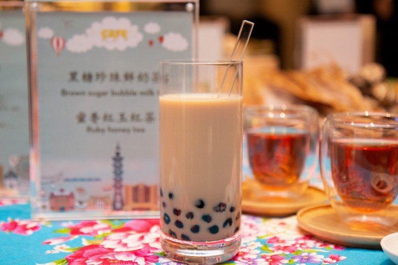 五星級「黑糖珍珠鮮奶茶」,以現煮熬製溫熱香Q珍珠搭配純濃鮮奶茶。 君悅/提供