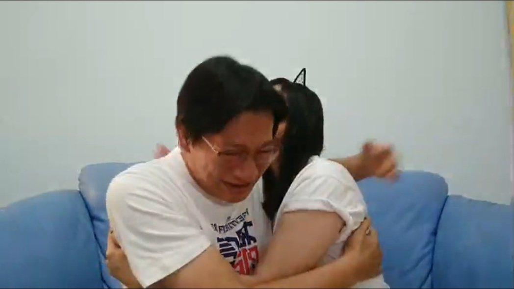 中華隊大勝韓國隊,徐展元抱著老婆谷懷萱落淚。 圖/擷自徐展元臉書