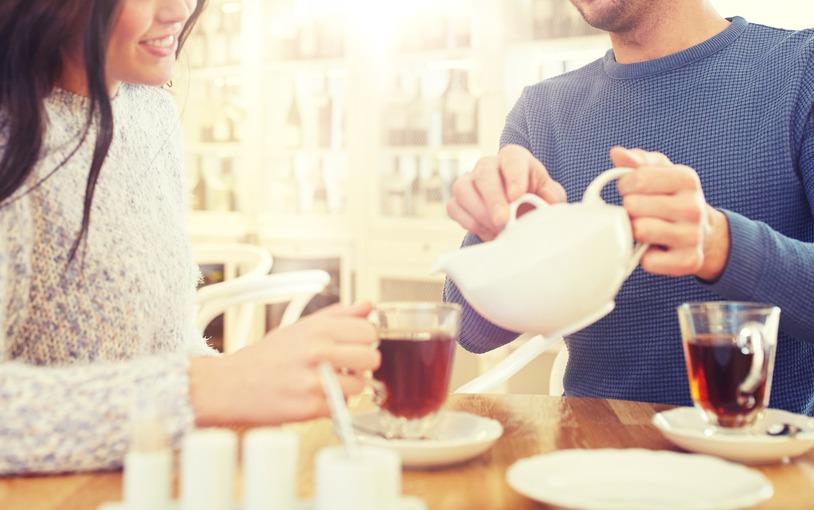 談戀愛時,如果遇到心儀的對象年紀相差太多,很多人會打退堂鼓。圖/Ingimage