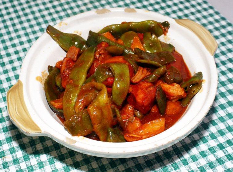 紅燒肉土豆燉油豆角。本報資料照
