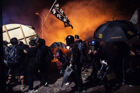 「光復香港,時代革命。」港中大是12日下午過後,香港警民衝突中大學校園的「頭號戰...