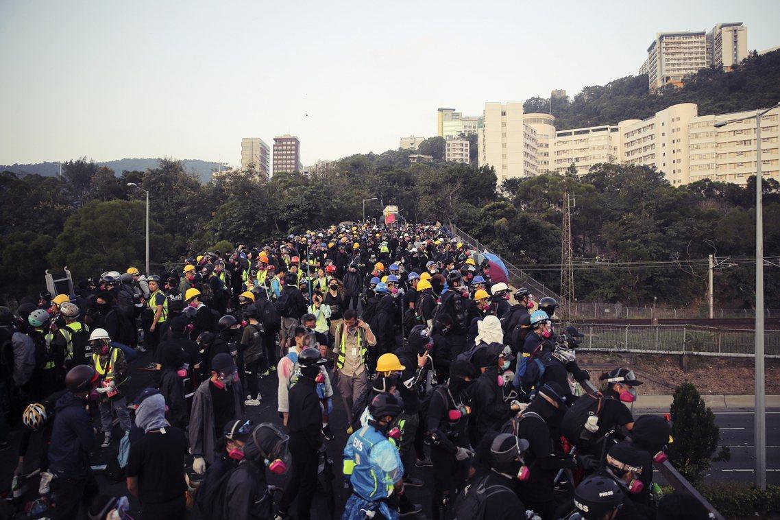 香港中文大學一夜惡戰後,13日清晨,大批示威學生徹夜守校至天明。 圖/美聯社
