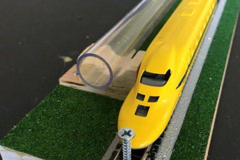 克契立構想在列車旁邊加上管道,透過氣壓推動的磁鐵拉動列車前進。 圖/YouTub...