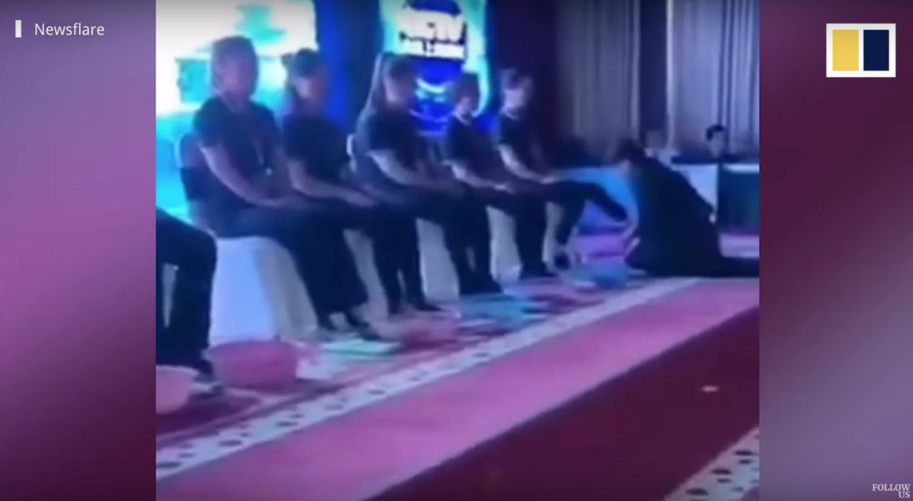 大陸濟南的一家化妝品公司為了給優秀員工獎勵,女總裁與高階主管親自下跪幫他們洗腳。...
